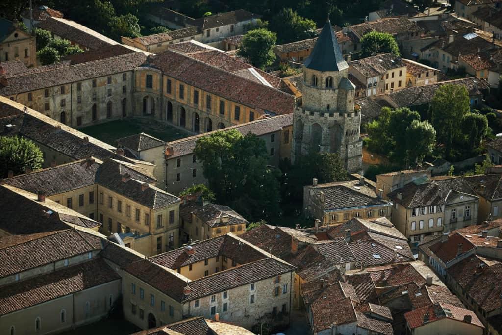 clocher et abbaye de Sorèze vue du ciel